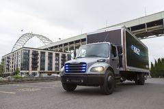 戴姆勒交付首款电动卡车 满电能跑370km