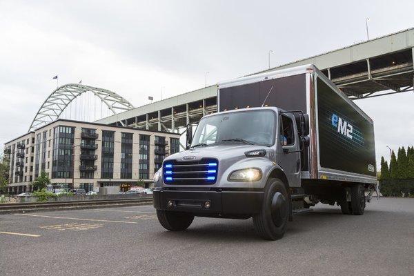 戴姆勒交付首款电动卡车电机最大480马力,一次能跑370公里