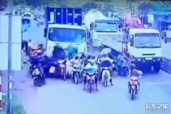 越南发生重大交通事故失控卡车碾压50辆等红灯的摩托车