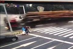 电动车随意变道导致卡车侧翻 已死伤3人
