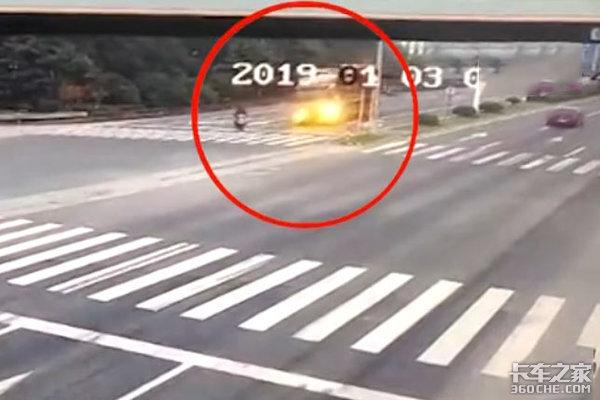 损人不利己!电动车随意变道导致卡车侧翻,1人死伤2人受伤