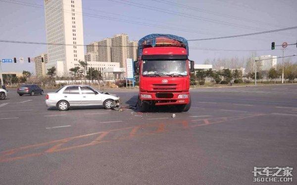 电动车闯红灯撞货车,卡车司机责任有多大