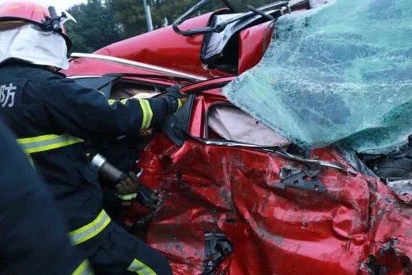 珍爱生命远离渣土,马自达轿车被拦腰截断,所幸女司机只受轻伤