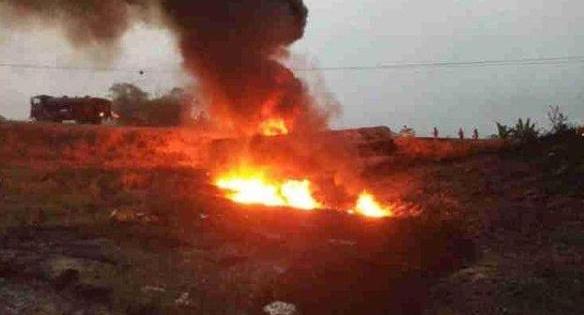 油罐车侧翻!村民哄抢燃油遇爆炸目击者:死亡人数接近60人