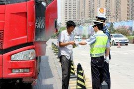 冲动是魔鬼,货车司机不服处罚辱骂交警被拘留