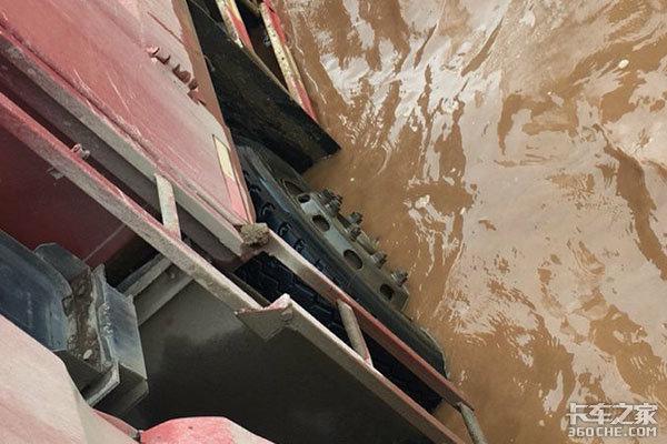 小水沟暗藏大风险,卡车不慎入水该如何保命?