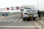 限高杆不仅挡住了货车,还要了司机的命