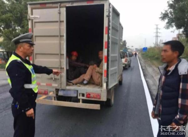 真让人害怕!蓝牌货车违法载13人,司机只有摩托车驾照