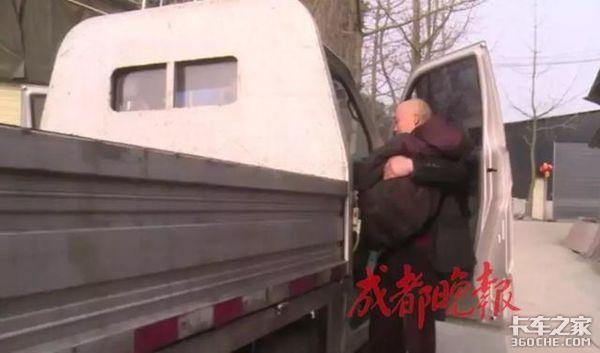 带着9旬病母跑运输货车司机不离不弃!