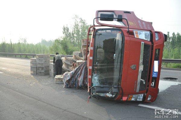 货车为啥总在急转弯时侧翻?我们该如何规避