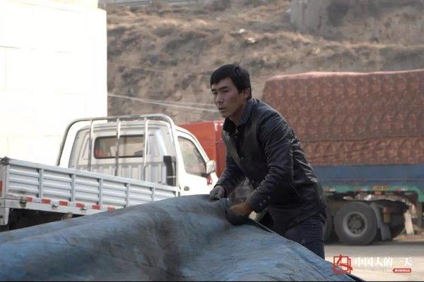 司机在妻子临盆前出门拉货全村帮忙照顾