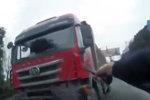 男子驾货车强行冲卡 硬将交警推了5米远