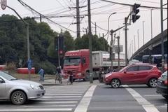 沪新型电子警察 抓拍大车右转不让直行