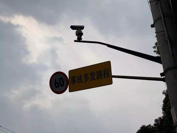 """沪试点新型电子警察抓拍大车""""右转不让直行"""""""