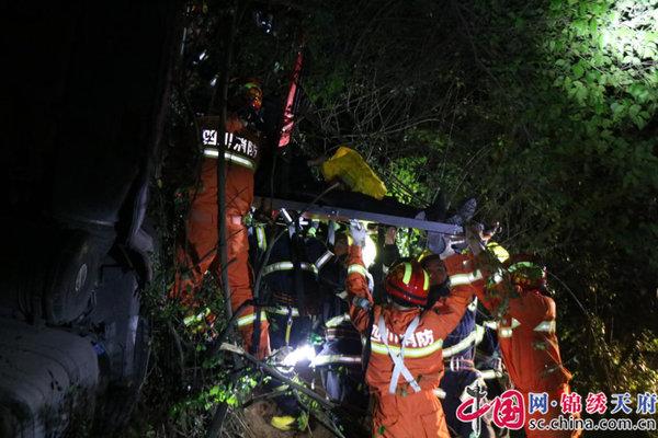 突发交通事故两人被困经开消防紧急救援