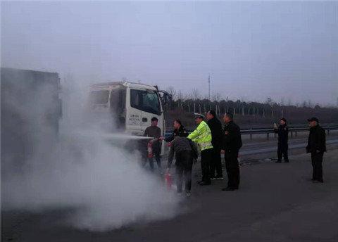 重型半挂货车突然失火新密交警、路政联合灭火