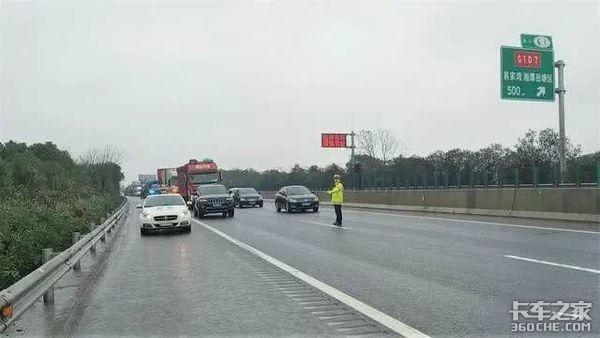 287吨大件车上高速,交警路政全程护送