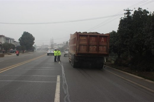 名山交警开展货车整治行动严查交通违法行为