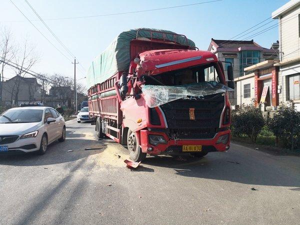 大货车追尾吊车一人受轻伤甘八线拥堵一两公里