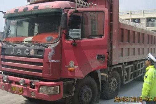 货车超载司机被拘20天?交警:司机多次使用假证