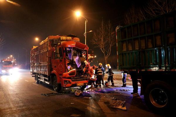 事故现场:三辆半挂大货车连环追尾!一人被困汤阴消防紧急救援