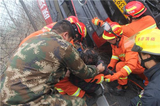 山东枣庄:货车侧翻高速路边消防营救被困司机