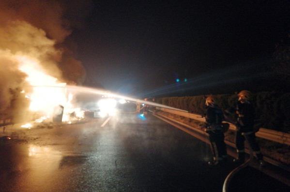 吉安市挂车凌晨突发大火万安县消防成功处置