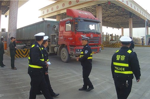 京秦高速大货车闯口逃费被抓司机:以为遮挡号牌你们找不到