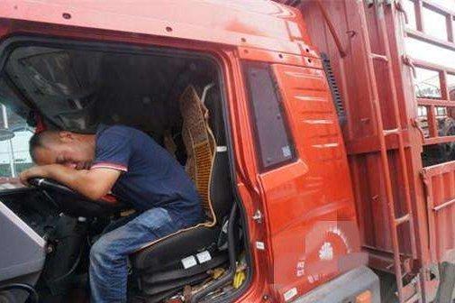 长途货车司机高速上发病肥东民警紧急救助
