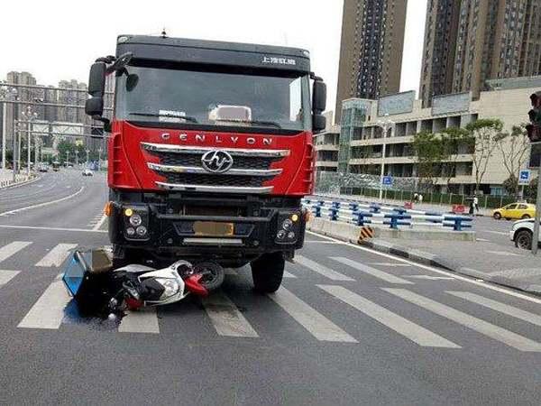 惊险!赣州一摩托车驾驶员连人带车被压在货车车底浑身是血