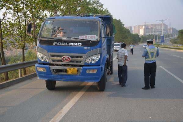 货车超载还暴力阻碍交警执法司机依法被刑拘