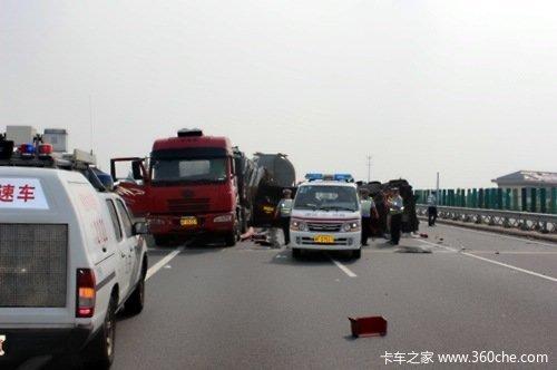 阜阳两车高速追尾困住两人消防队员迅速破拆