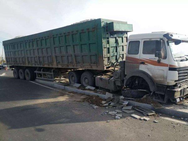 惊险!达3吨重的建筑配件从半挂车上掉落高速公路