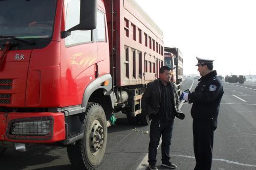 二连浩特市公安局:严查货车超载行为
