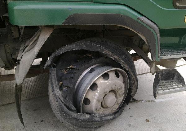 车辆爆胎别急打方向盘交警告诉你如何正确操作