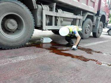 漳州:牵引车油箱破损漏油台商区交警快速处置