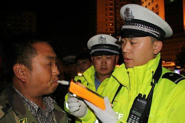 高交榆靖中队在收费站查处一起饮酒后驾驶的严重违法行为