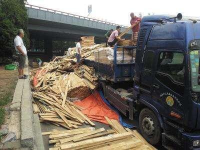 漳州台商区:带钉木块掉落成隐患交警快速清理排险情