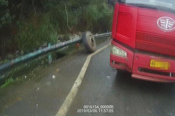 """货车突然轮胎脱落""""射""""中旁边宝马车"""