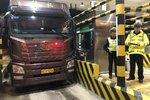 56次违法大货车被查 将面临28万元罚款