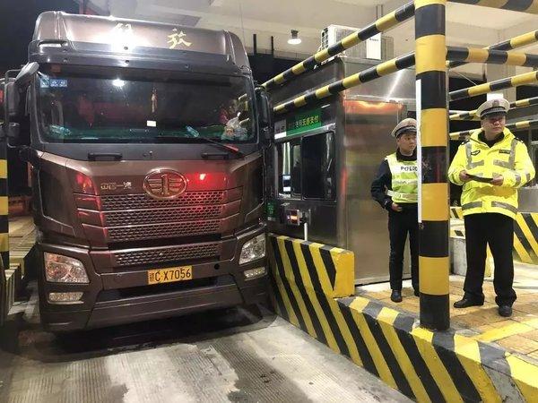 56次违法未处理大货车被查将面临28万元罚款