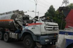 油罐车卡限高杆泄漏 黄河大桥一度封闭