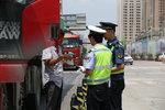 自罚200记2分 交警被质疑现场自开罚单
