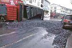 半挂车侧翻致道路被堵 60吨煤散落一地