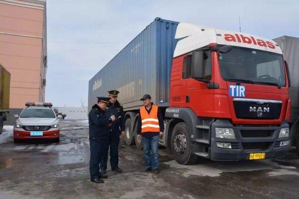 中国国际货车牵引欧洲挂车来到了新疆