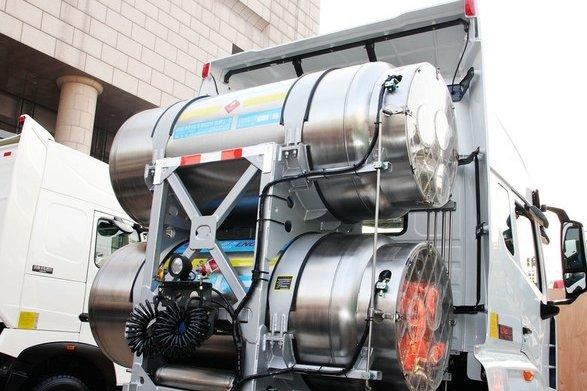 LNG车后置储气罐分分钟把司机挤成肉饼