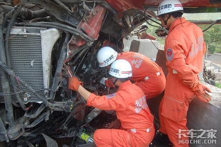 一货车与挂车发生追尾司机被困消防紧急破拆营救