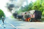 重型货车途中起火 轮胎被烧得面目全非