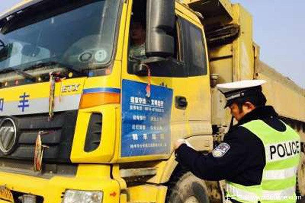 烟台交警查获五辆超载渣土车其中一辆超载442%