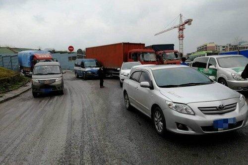 高速路口打滑引多车相撞导致7辆车受损